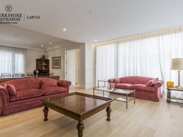 Luxury penthouse for sale in Jerónimos, Madrid